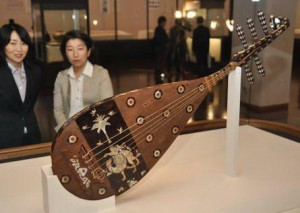 "Nara ""62th shoso-in exhibition on display at the national museum of the five string lute, display way closer to the tang dynasty pipa playing real posture."